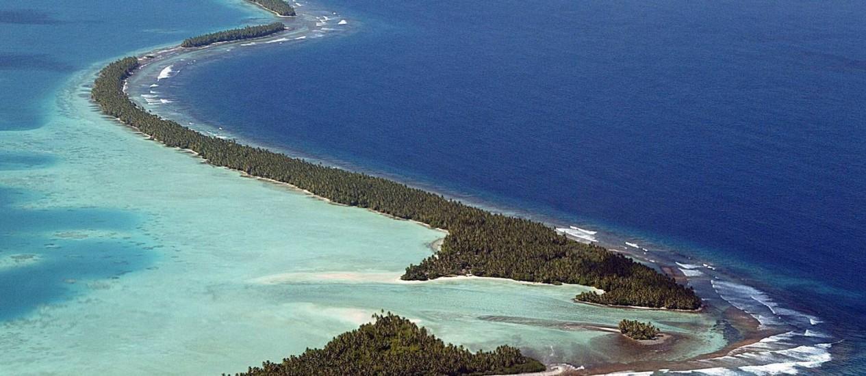 O Atol de Funafuti, onde se espreme metade da população do país, que já estabeleceu acordos de migração com o governo neozelandês Foto: Torsten Blackwood / AFP