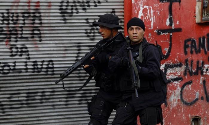Homens da Core fazem operação na Favela Parque União, no Complexo da Maré, na manhã desta terça-feira O Globo / Fernando Quevedo