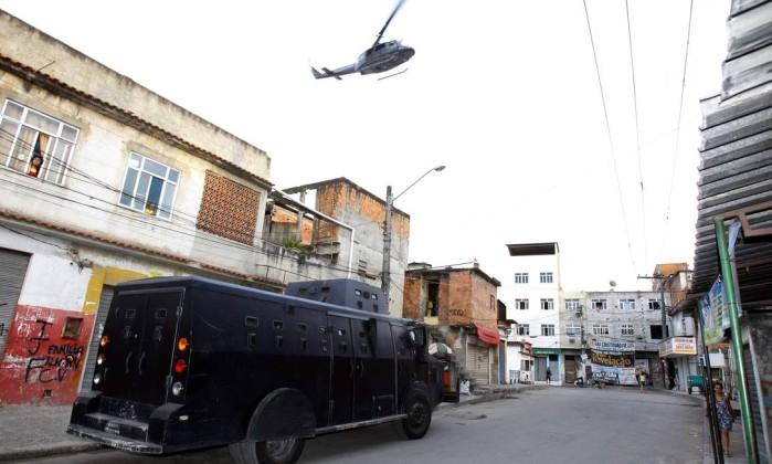 A operação contou com blindados e helicópteros da polícia O Globo / Fernando Quevedo