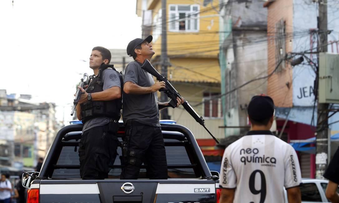 A operação, batizada de Trovão, foi coordenada pela 37ª DP (Ilha do Governador), e contou com o apoio da Coordenadoria de Recursos Especiais (Core), da Delegacia de Combate às Drogas (Decod), da Delegacia de Roubos e Furtos de Automóveis (DRFA), 21ª DP (Bonsucesso) e 22ª DP (Penha) O Globo / Fernando Quevedo
