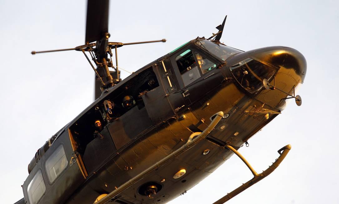 A operação contou com o suporte de um helicóptero, além de cães farejadores O Globo / Fernando Quevedo