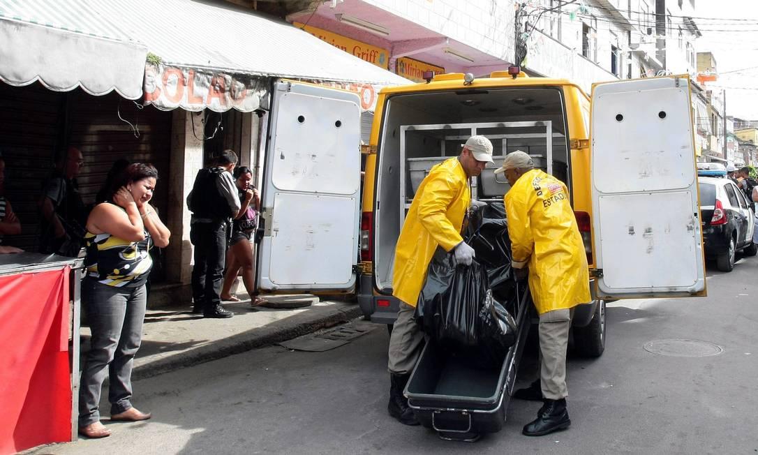 O comerciante Altair Bento de Oliveira, de 46 anos, foi morto durante a operação da policia na favela Parque União. Na foto Cleziane Silva Ferreira, mulher de Altair, chora ao ver o corpo sendo levado pela Defesa Civil O Globo / Bruno Gonzalez