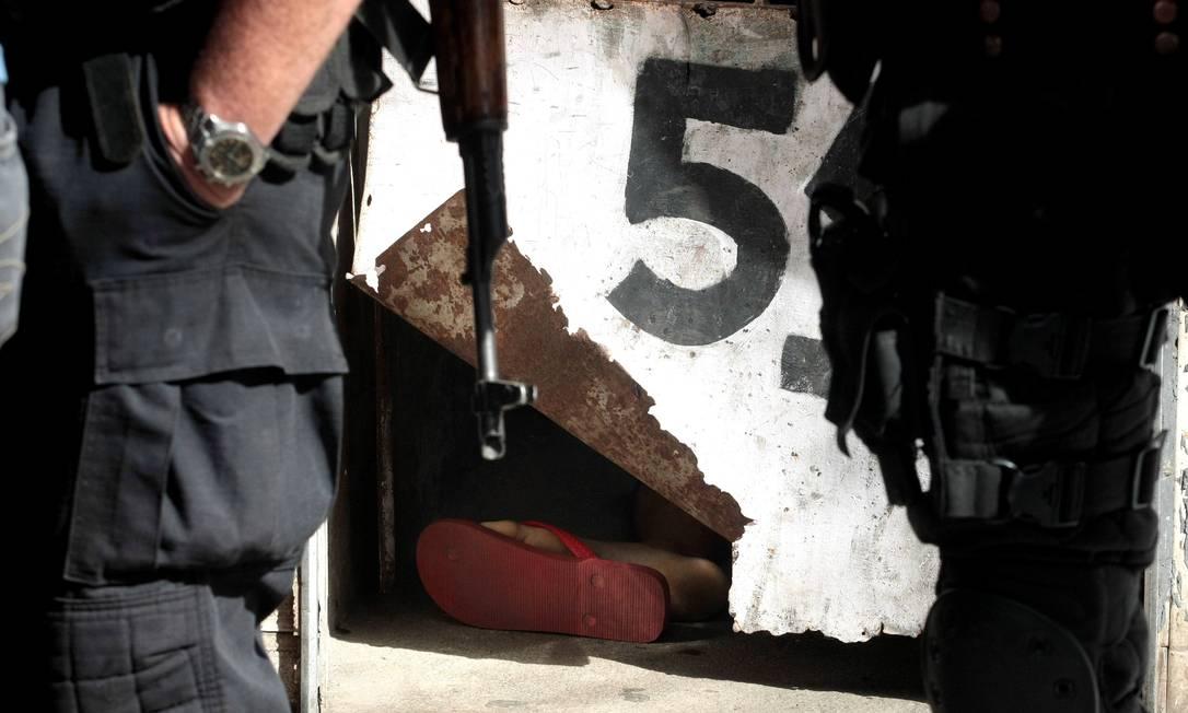 O comerciante estava abrindo o portão de casa, na Rua Ari Leão 49, quando foi atingido O Globo / Bruno Gonzalez