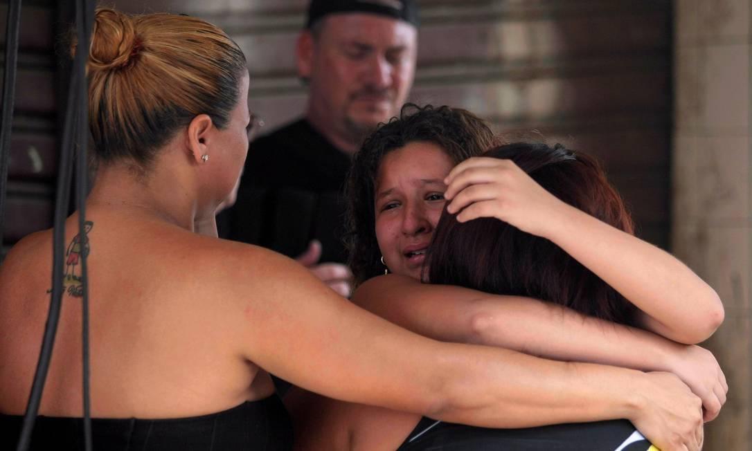 A mulher e a filha e Altair ficaram inconsoláveis O Globo / Bruno Gonzalez
