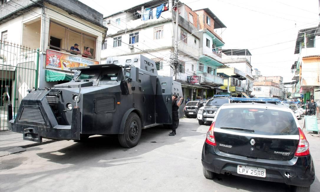 A polícia recolheu as armas dos agentes que participaram da operação e as enviou para a perícia, para saber de onde partiu o tiro que matou o comerciante. Os peritos já descartaram a hipótese de o tiro ter partido do helicóptero da Polícia Civil, uma vez que esses policiais utilizam fuzis, e o tiro que atingiu o comerciante foi de pistola e dado à curta distância O Globo / Bruno Gonzalez