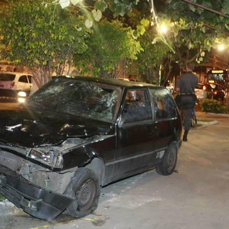 O carro que invadiu a calçada e atropelou as cinco vítimas Foto: Fabiano Rocha / O Globo