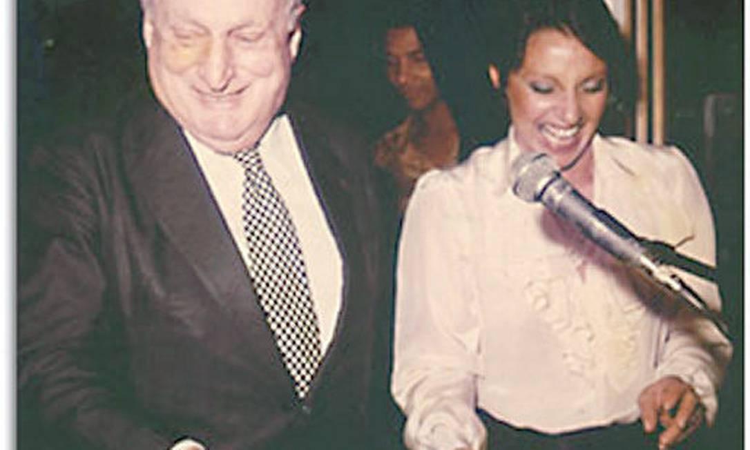 Iris ao lado de Adolpho Bloch, numa apresentação do evento 'Prêmio Tendência' Arquivo pessoal