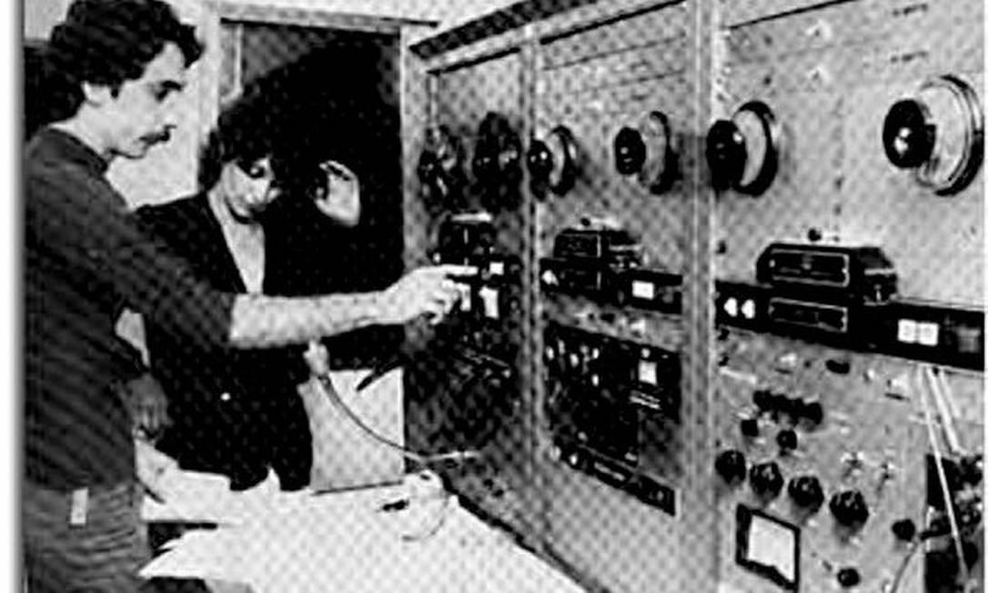 Iris grava no antigo estúdio do Aeroporto Internacional, ao lado do técnico de som José Paulo Alves Gomes. Em 1977 Arquivo Pessoal