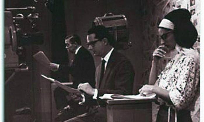 Iris na TV Excelsior, em 1963, ao lado de Jorge Sampaio e Luiz Jatobá. Ela foi a primeira telejornalista do Brasil Arquivo pessoal