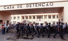 Policiais do Batalhão de Choque saem da Casa de Detenção depois da revista realizada no presídio após o massacre Foto: Arquivo O Globo