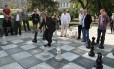 O tabuleiro gigante numa praça do centro de Sarajevo reúne jogadores e curiosos