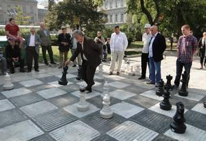 O tabuleiro gigante numa praça do centro de Sarajevo reúne jogadores e curiosos Foto: Laura Antunes / Agência O Globo