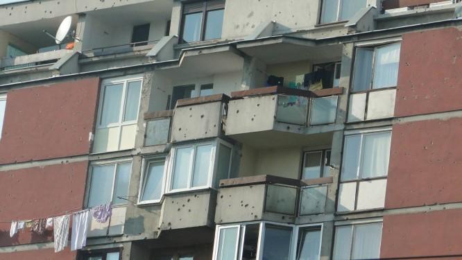 Fachada de prédio residencial em Sarajevo, ainda com marcas da guerra pela independência. Foto: Laura Antunes / Agência O Globo