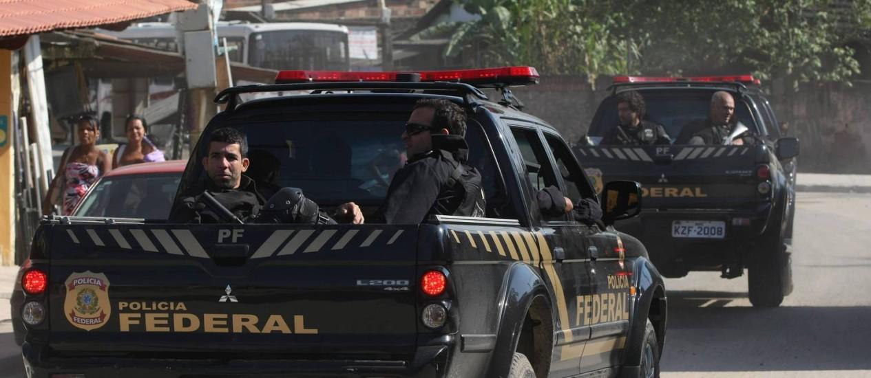 Policiais federais cumprem mandados de prisão contra traficantes no Complexo do Salgueiro, em São Gonçalo Foto: Carlos Ivan / O Globo