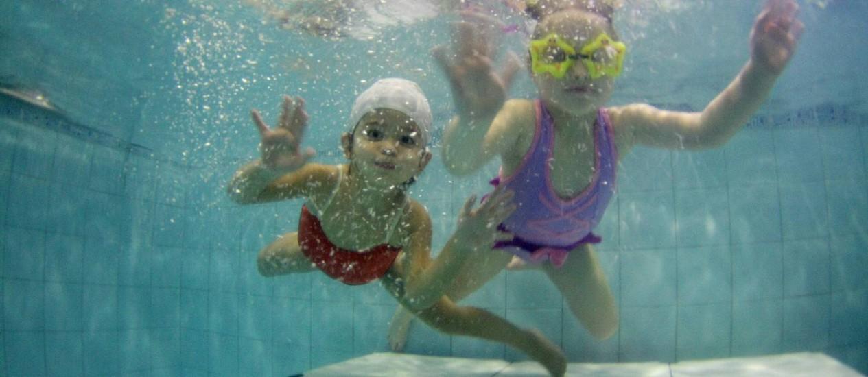Aula de natação a partir dos 6 meses para o desenvolvimento da psicomotricidade Foto: Marcelo Piu