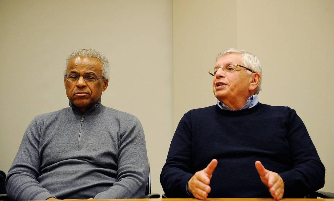 Billy Hunter, presidente do extinto sindicato dos atletas, e o comissário da NBA, David Stern, anunciam o fim da greve Foto: Patrick McDermott / AFP
