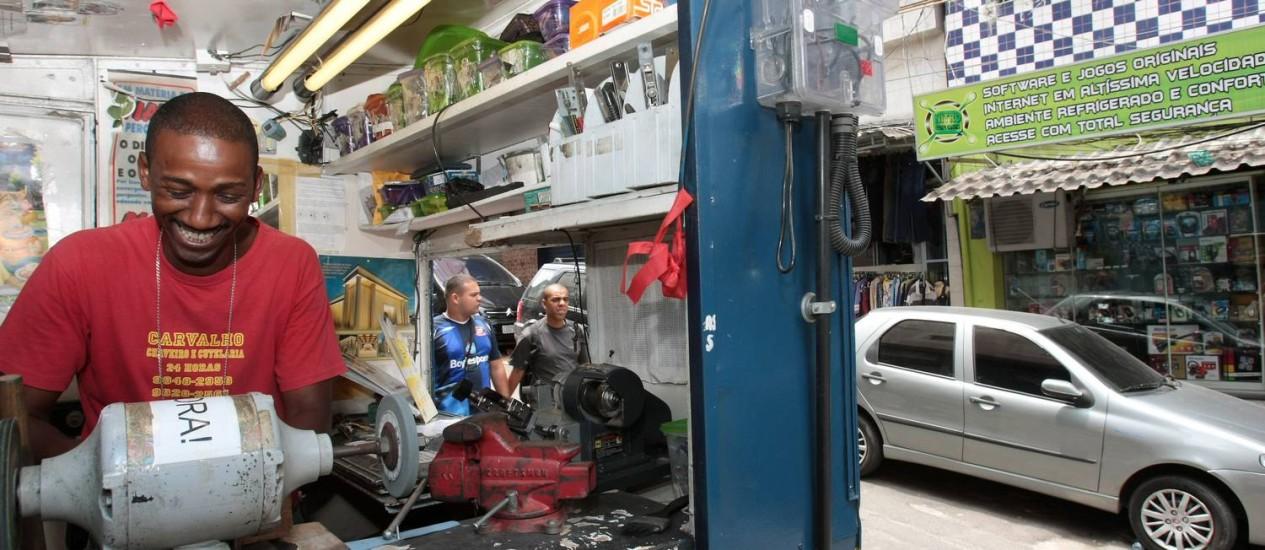 O chaveiro Roberto Carvalho procurou a Light para instalar um medidor Foto: Agência O Globo / Marcelo Piu