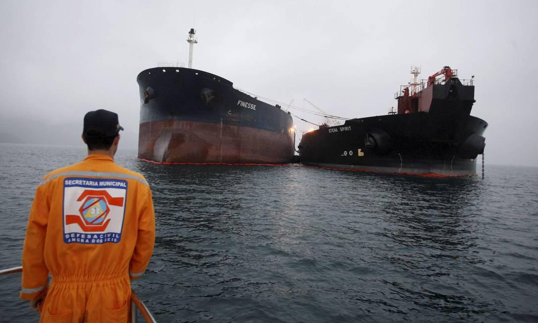 Navio realiza transbordo de óleo Foto: Domingos Peixoto / Agência O Globo