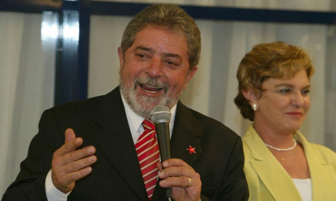 Dona Marisa Letícia ao lado do então candidato à Presidência Luiz Inácio Lula da Silva após debate com José Serra na TV Globo, em 2002 Marco Antônio Teixeira / O Globo