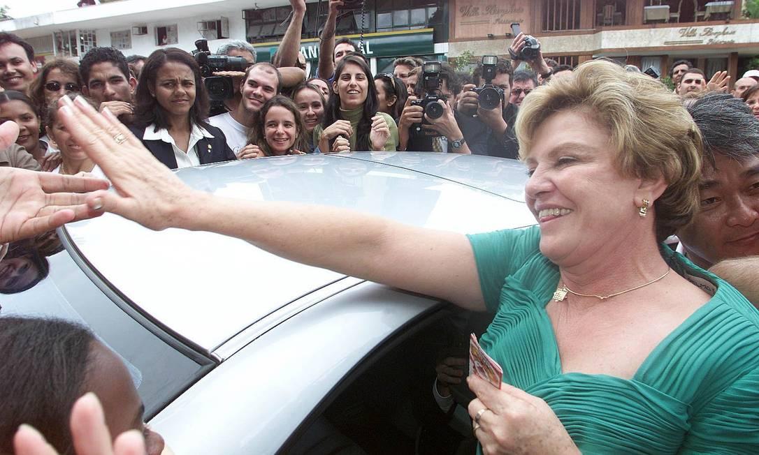 Dona Marisa da Silva é cercada por populares ao sair de um restaurante em Brasilia Ailton de Freitas / O Globo