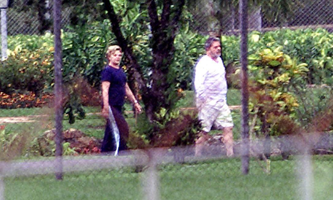 O ex-presidente Luiz Inácio Lula da Silva e a esposa Marisa Silva, caminhado na Granja do Torto Ailton de Freitas / O Globo