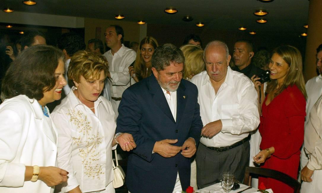 Dona Marisa Letícia e o ex-presidente Lula comemoram a passagem do ano de 2002 para 2003 ao lado do ex-vice presidente José Alencar Fernando Maia / O Globo