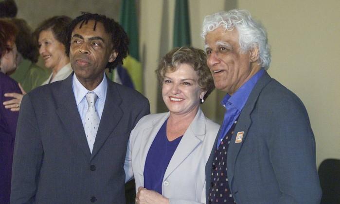 O cantor Gilberto Gil e o cartunista Ziraldo ao lado de dona Marisa Letícia em solenidade no Palácio do Planalto Aílton de Freitas / O Globo