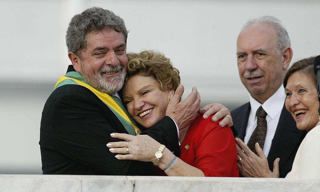 O ex-presidente Lula abraça Dona Marisa no dia de sua posse Ivo Gonzalez / O Globo
