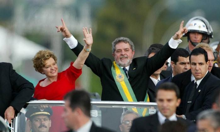 Dona Marisa no desfile em carro oficial após a cerimônia de posse do presidente Lula Roberto Stuckert Filho / O Globo