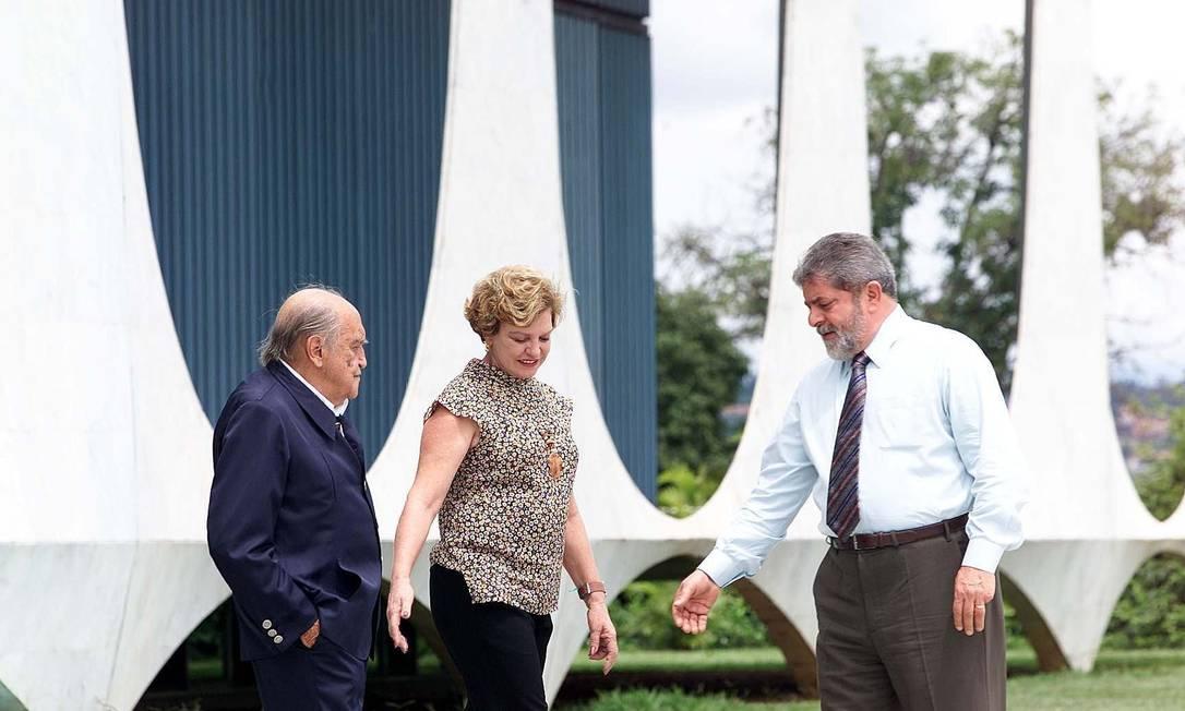 O então presidente Lula, acompanhado por dona Marisa Letícia, recebe o arquiteto Oscar Niemeyer no Palacio da Alvorada Ailton de Freitas / O Globo
