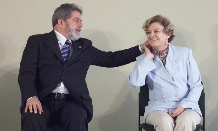 O ex-presidente Lula faz um chamego em dona Marisa Letícia, durante solenidade de lancamento do Plano Nacional de Erradicação do Trabalho Escravo Roberto Stuckert Filho / Divulgação