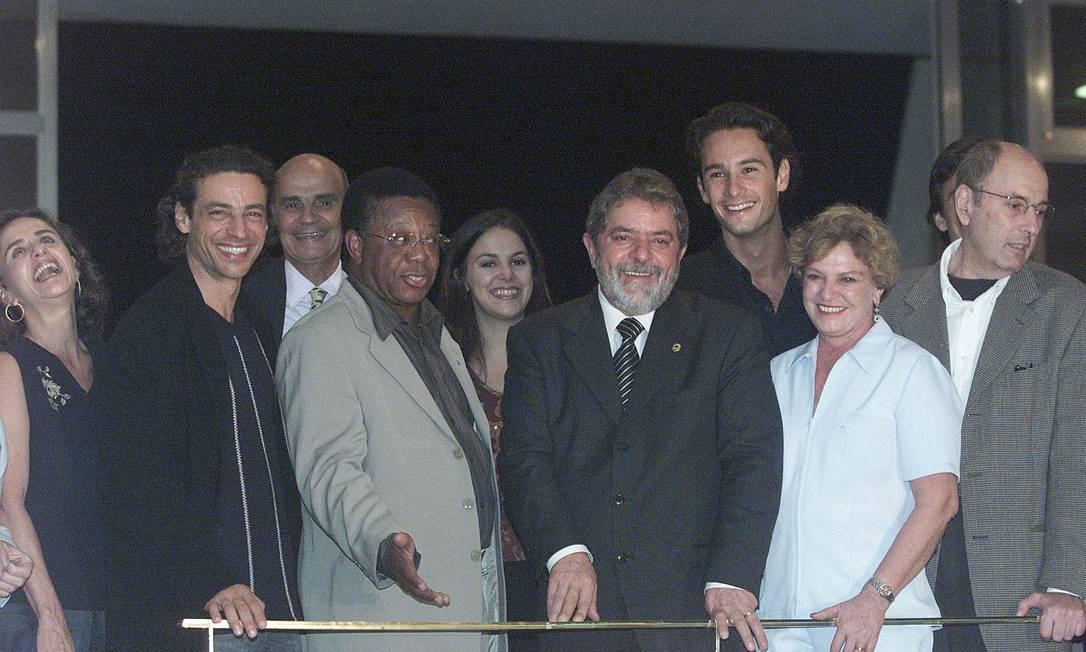 O casal Lula e dona Marisa Letícia recebe artistas no Palácio da Alvorada para sessão do filme Carandiru Gustavo Miranda / O Globo