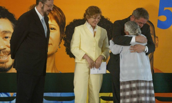 O ex-presidente Lula, ao lado do ex-ministro Antônio Palocci e dona Marisa Letícia, abraça dona Maria das Neves Mendes da Silva, durante cerimônia em Brasília Gustavo Miranda / O Globo