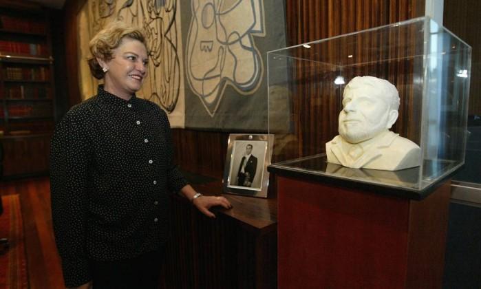 Dona Marisa Letícia posa ao lado do busto do ex-presidente Lula feito de chocolate branco Gustavo Miranda / O Globo