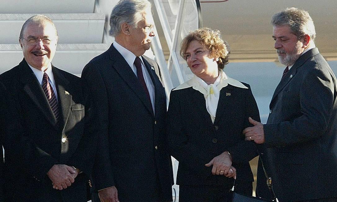 Ox ex-presidentes Lula, FH e Sarney ao lado de dona Marisa Letícia no embarque para Roma, quando da morte do Papa João Paulo II Givaldo Barbosa / O Globo
