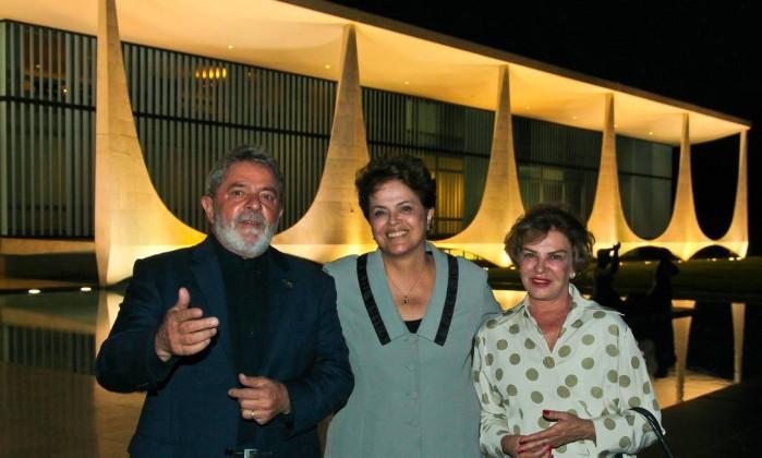 A presidenta Dilma Rousseff recebe o ex-presidente Lula e dona Marisa Letícia no Palá‡cio da Alvorada Roberto Stuckert Filho / O Globo