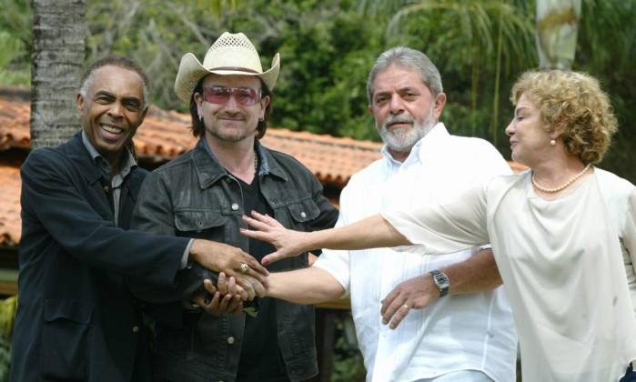 Dona Marisa Letícia e o ex-presidente Lula da Silva recebem Bono Vox, vocalista da Banda U2, e o ex-ministro Gilberto Gil, na Granja do Torto Ailton de Freitas / O Globo