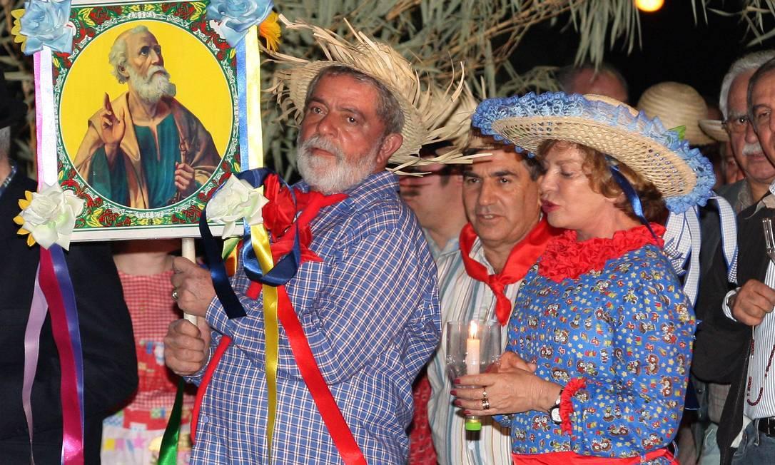 O ex-presidente Lula, acompanhado dona Marisa Letícia, durante festa junina na Granja do Torto, fazem procissão em homenagem aos Santos Juninos Roberto Stuckert Filho / Divulgação
