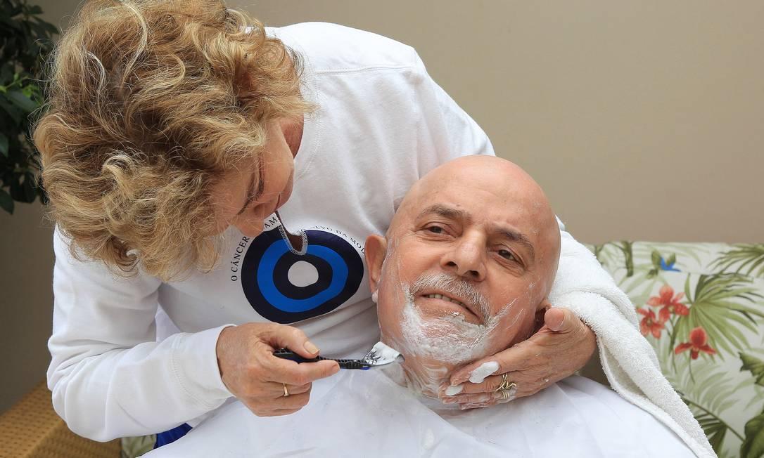 Dona Marisa Letícia corta cabelo e barba do ex-presidente Lula, em tratamento contra um câncer de laringe Ricardo Stuckert / O Globo