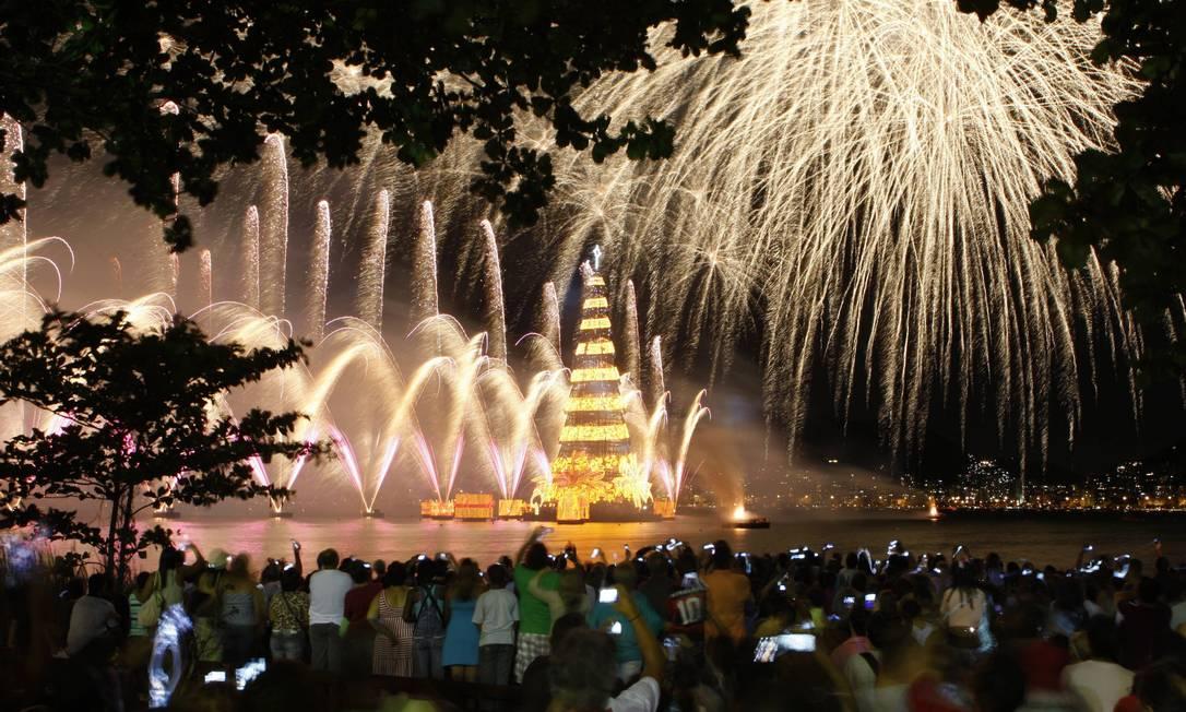 Só no Estádio de Remo da Lagoa, 10 mil pessoas se reuniram para acompanhar os efeitos especiais de som e luzes sincronizadas Domingos Peixoto / O Globo