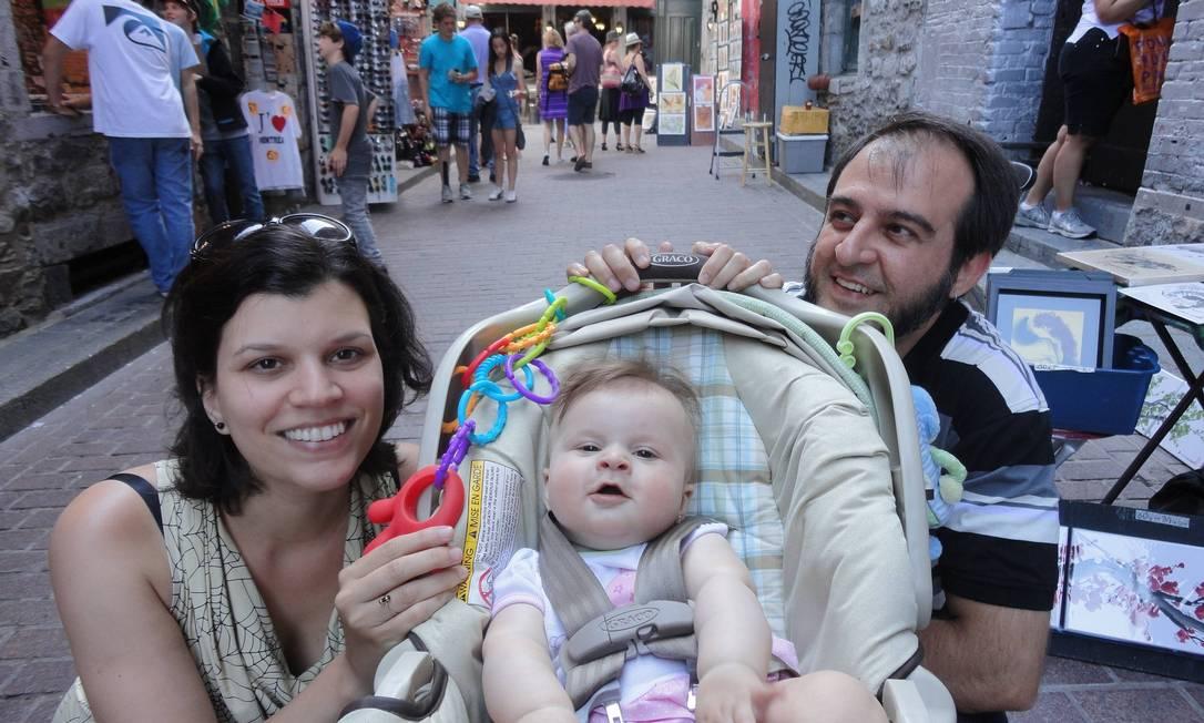 Gabriela de Andrade com o marido Valdir Batone e a filha Clara: a família vive em Montréal, no Canadá Foto: Álbum de família