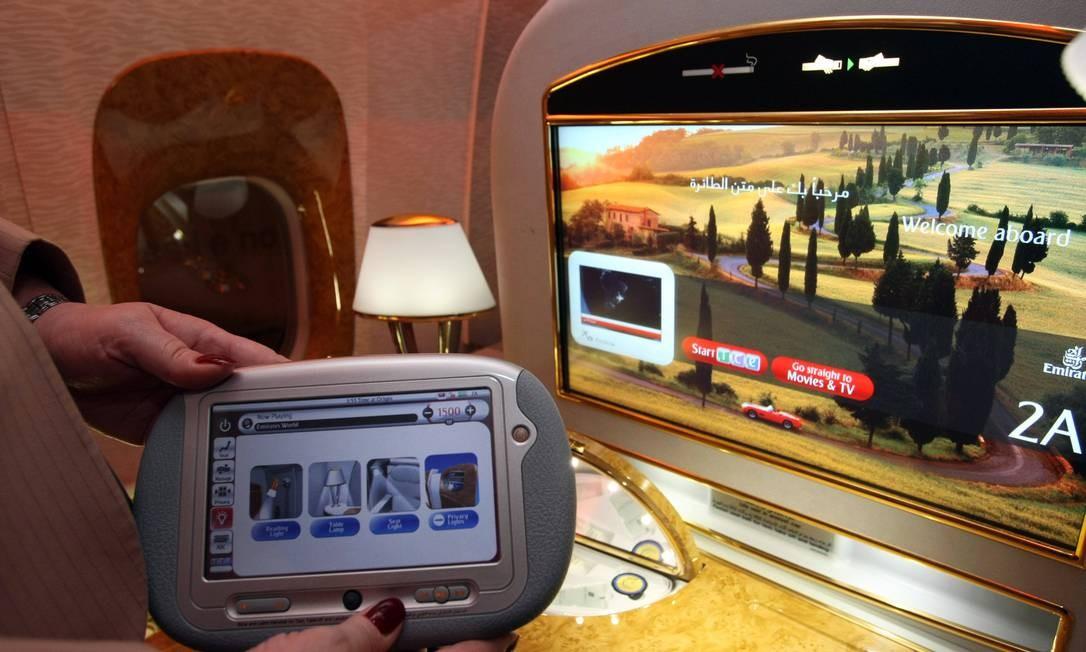 Detalhe da televisão da primeira classe da Emirates Foto: Ana Branco / Agência O Globo