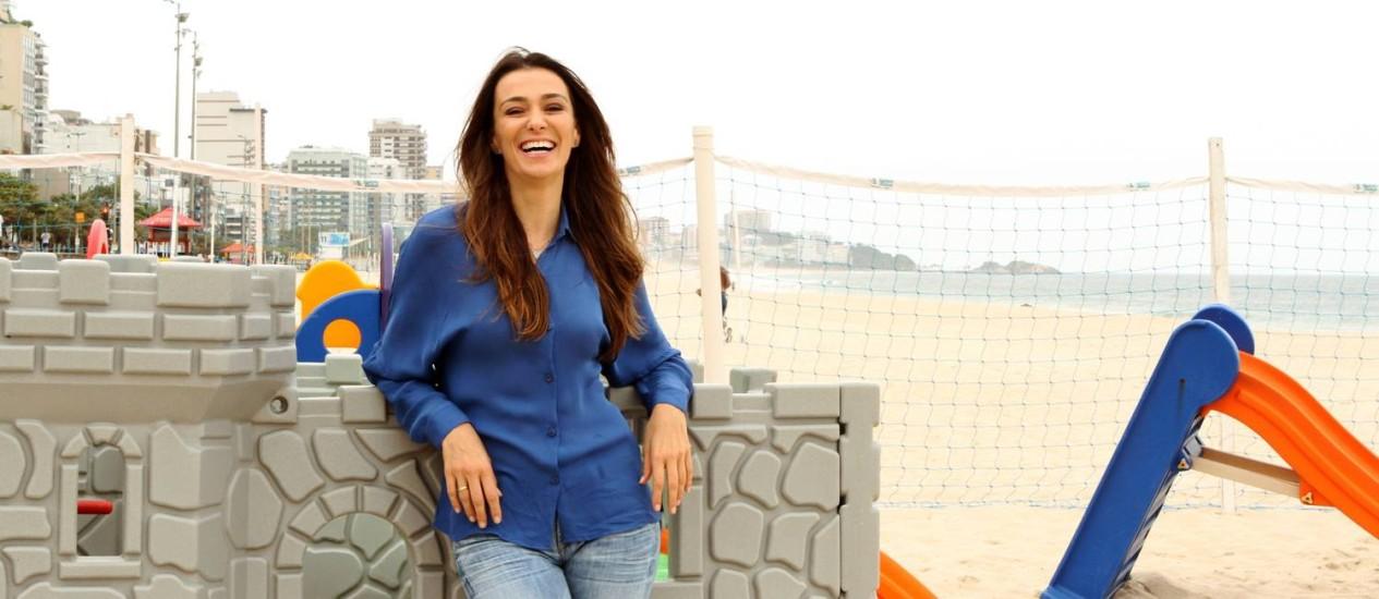 A atriz Mônica Martelli posa no Baixo Bebê, no Leblon, onde costuma levar a filha para brincar Foto: Bia Guedes / Bia Guedes