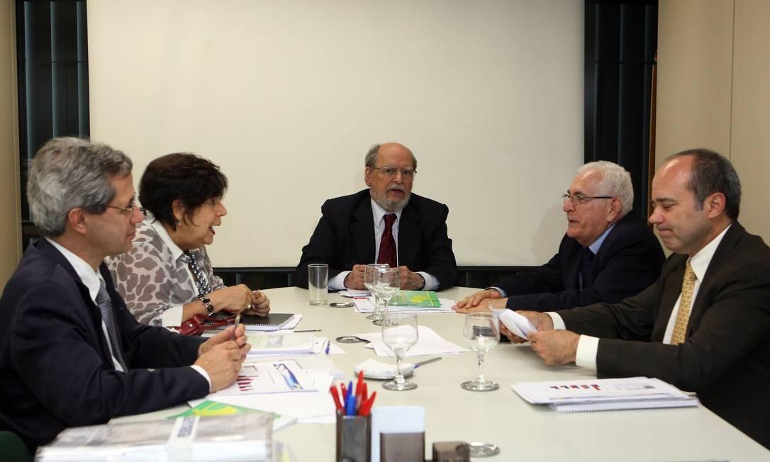 O ex-ministro Sepúlveda Pertence comanda a última reunião de 2011 da Comissão de Ética Pública da Presidência da República no Palácio do Planalto Foto: Gustavo Miranda / O Globo