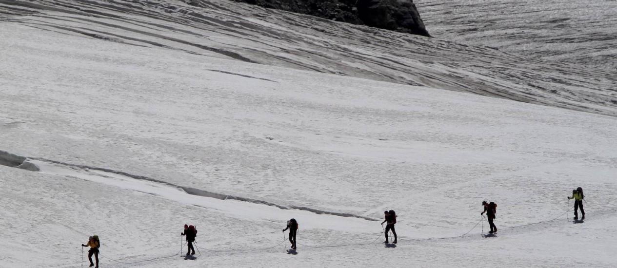 Pessoas caminham na neve no Jungfraujoch, nos Alpes suíços Foto: Ivo Gonzalez / Agência O Globo