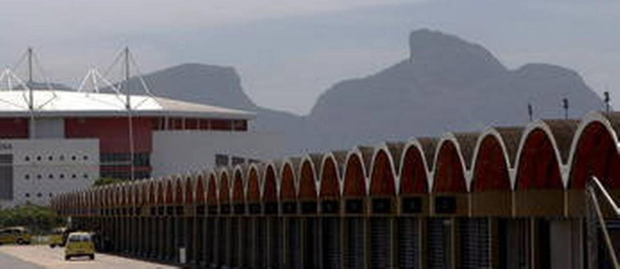 Os boxes do autódromo, que vão dar lugar a piscinas e quadras para as competições de 2016 Foto: O Globo / Marcos Tristão