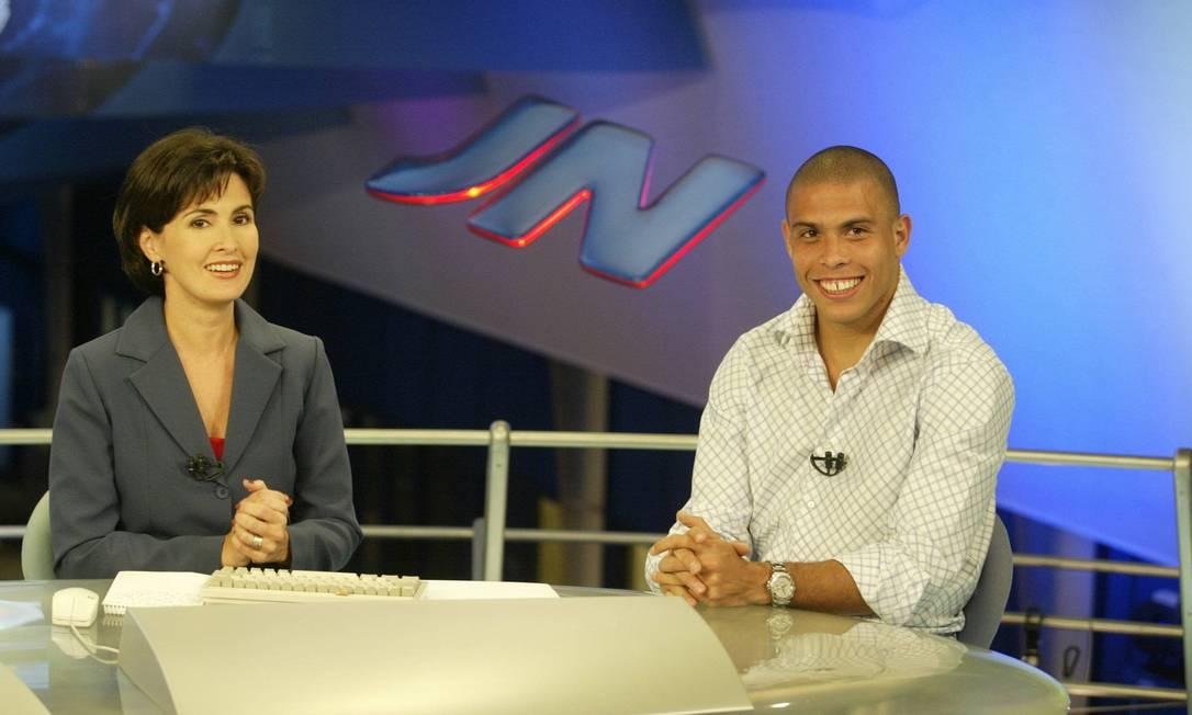 """Entrevistando as estrelas, Fátima fez sucesso no """"JN"""". Em maio de 2002, antes da Copa do Mundo, a jornalista conversou com o craque Ronaldo, ao vivo Arquivo"""