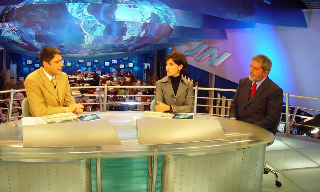 """Em 2002, ao lado do então candidato à presidência da República, Luiz Inácio Lula da Silva, deu entrevista à dupla de apresentadores na bancada do """"JN"""". Arquivo"""