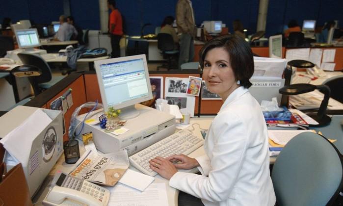 """Em sua mesa, na redação do """"JN"""", no Jardim Botânico, em 2003. Fátima assumiu o telejornal em 1998 Fábio Guimarães / Agência O Globo"""