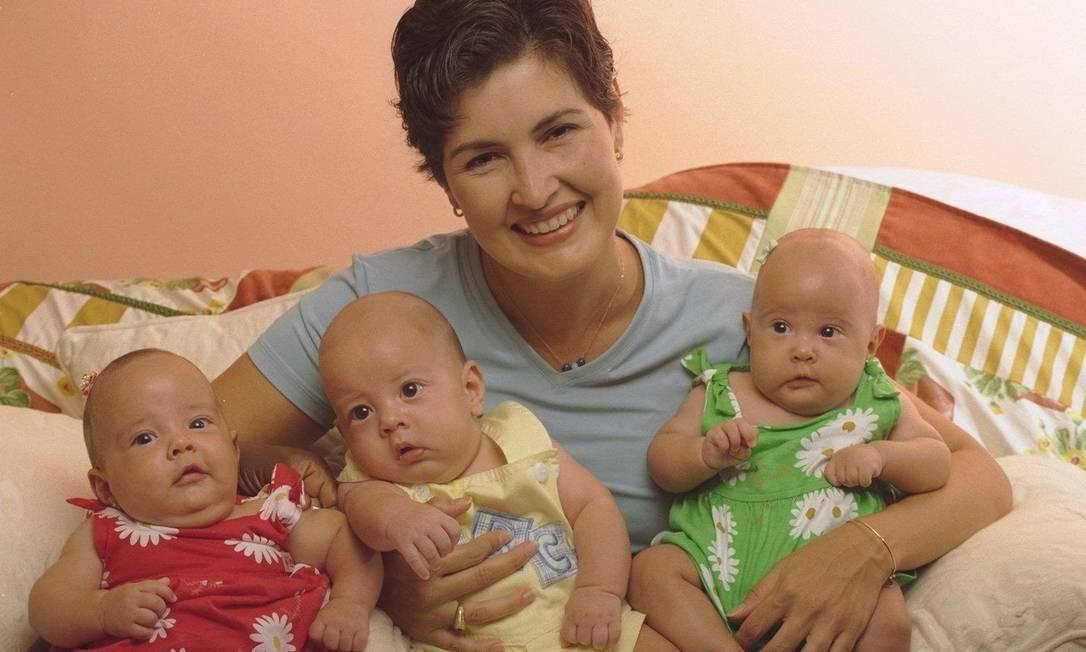 Em 1998, a jornalista se torna mãe dos trigêmeos Laura, Vinícius e Beatriz Ana Branco / Agência O Globo